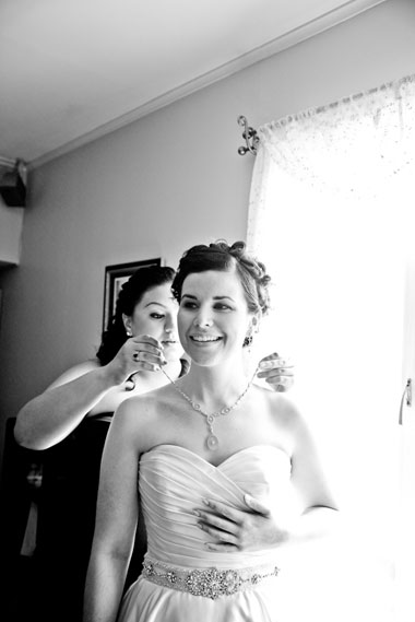 Bride_getting_ready_necklace_Lovelight_photo