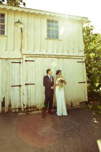bride_groom_barn_Lovelight_photo