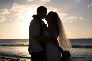Oahu_Hawaii_bride_groom_kiss_ocean_Lovelight_photo-(1)